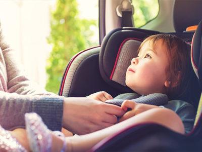 Dziecko-w-samochodzie-wybrac-fotelik-czy-siedzisko