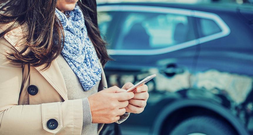 Dziewczyna, szukająca informacji na temat firmy taksówkarskiej Glob-Trans Taxi Mielec